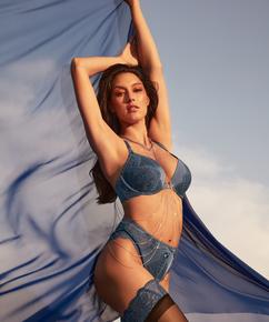 Høj brasilianske Philomena Rebecca Mir, blå